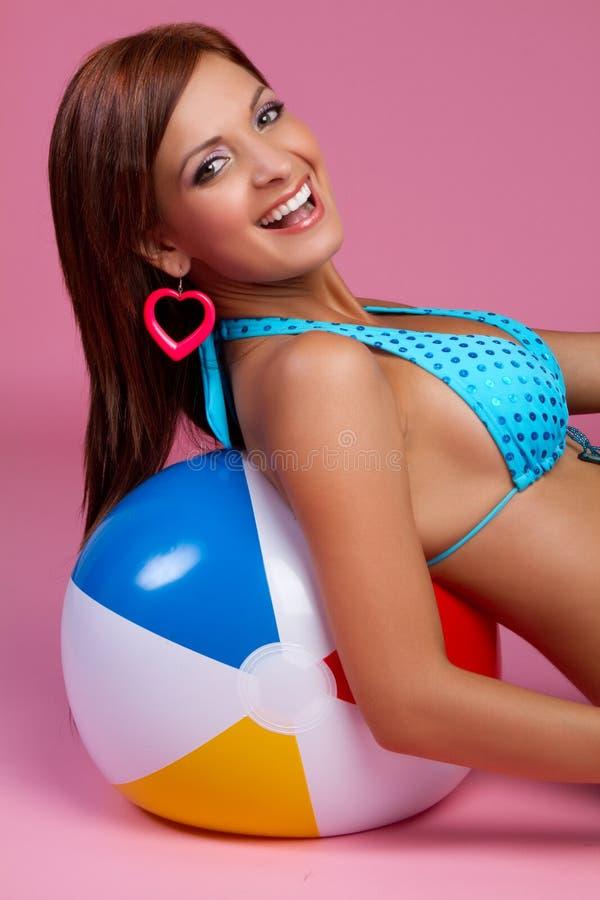 женщина бикини смеясь над стоковые фото