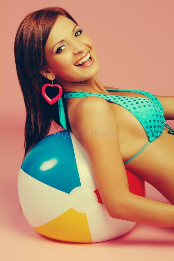 женщина бикини смеясь над стоковое изображение