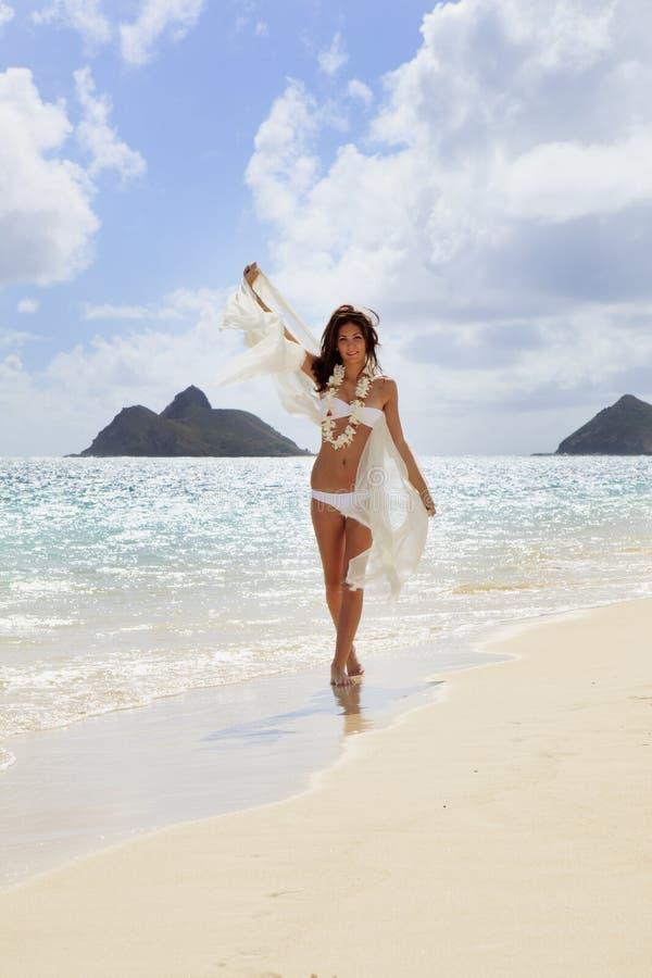 женщина бикини шифоновая белая стоковые фото