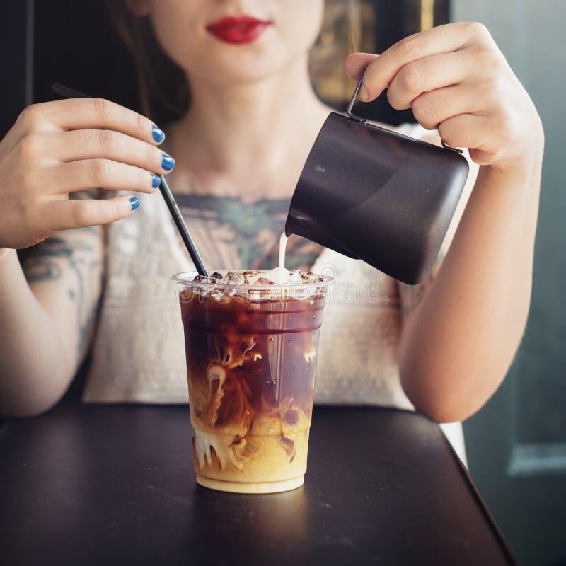 Женщина битника выпивая замороженную концепцию кофе стоковое изображение