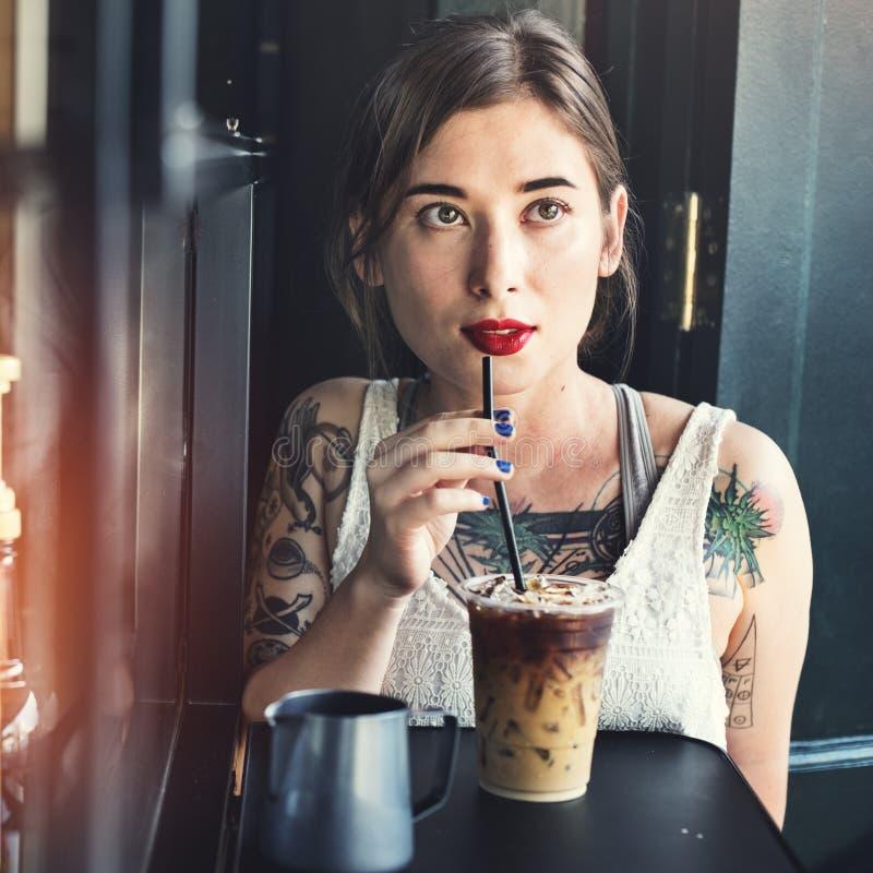 Женщина битника выпивая замороженную концепцию кофе стоковые фотографии rf