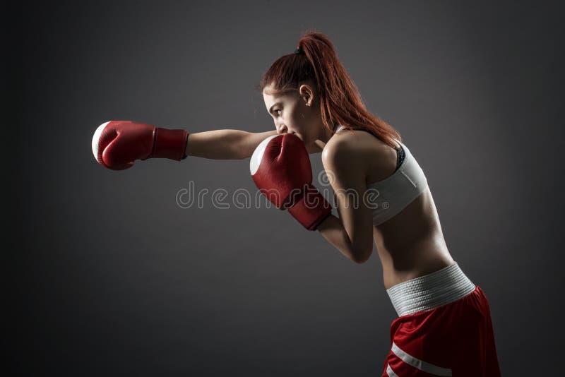 Женщина бокса во время тренировки стоковая фотография rf