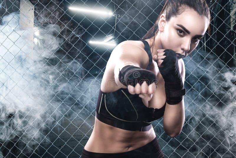 Женщина бокса на тренировке изолированная принципиальной схемой белизна спорта стоковое изображение rf