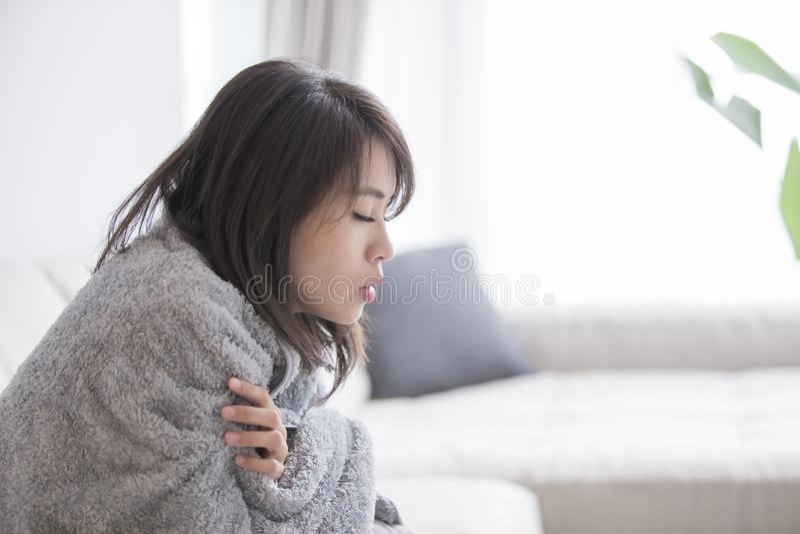 Женщина больная и чувствовать холодный стоковое изображение