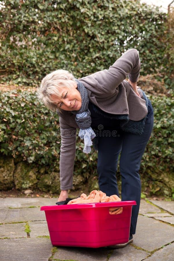 женщина боли в спине стоковое изображение