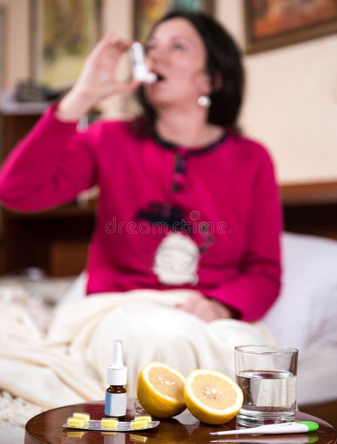 женщина больноя кровати стоковые фото