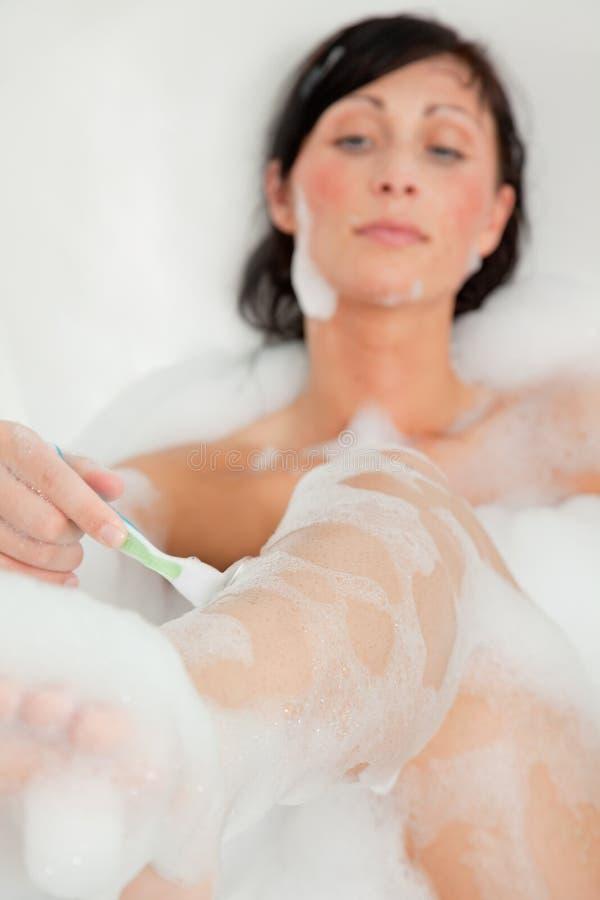женщина бритья ноги стоковые изображения rf