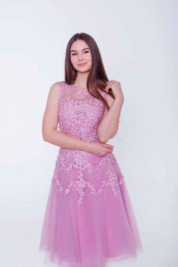 Женщина брюнета красоты модельная в платье коктейля Макияж и стиль причесок красивой моды роскошный Обольстительный силуэт девушк стоковые изображения rf