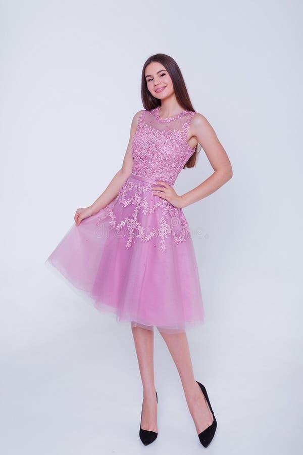 Женщина брюнета красоты модельная в платье коктейля Макияж и стиль причесок красивой моды роскошный Обольстительный силуэт девушк стоковые фотографии rf