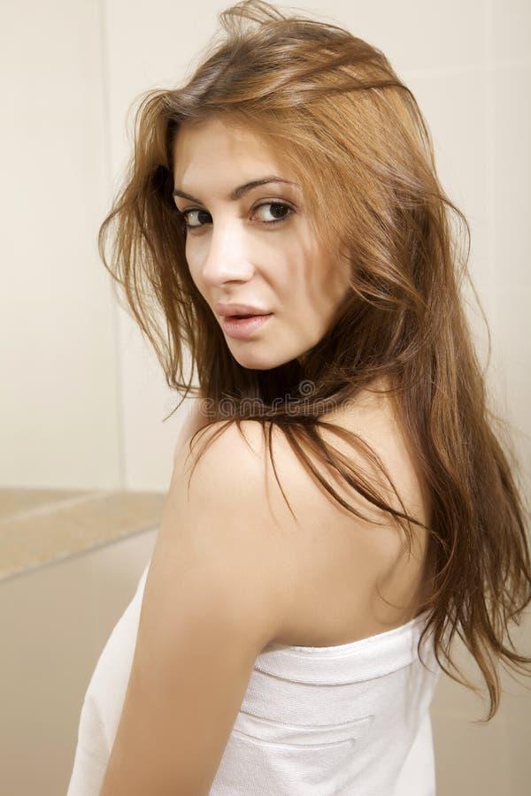Женщина брюнет в домашней ванной комнате стоковые изображения