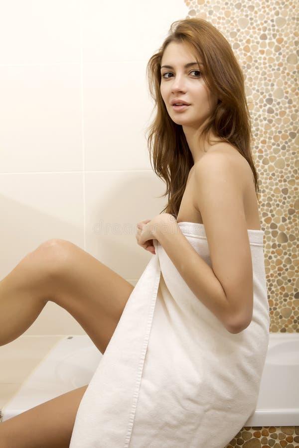 Женщина брюнет в домашней ванной комнате стоковое изображение rf