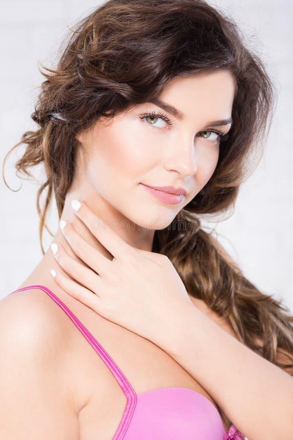 Женщина брюнет в розовом бюстгальтере стоковые изображения rf