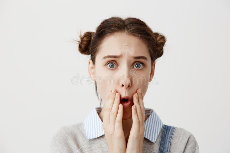 Женщина брюнет глубоко будучи печаленным ртом ужасного заволакивания новостей открытым с руками Женская персона с волосами в двой стоковое фото