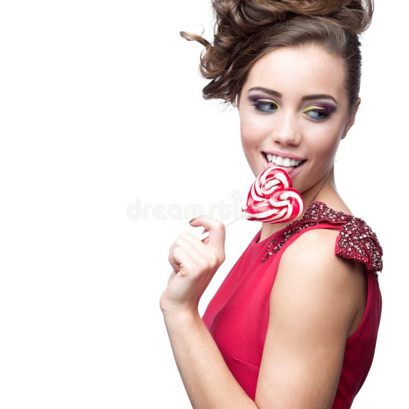 Женщина брюнет держа lollipop стоковое изображение