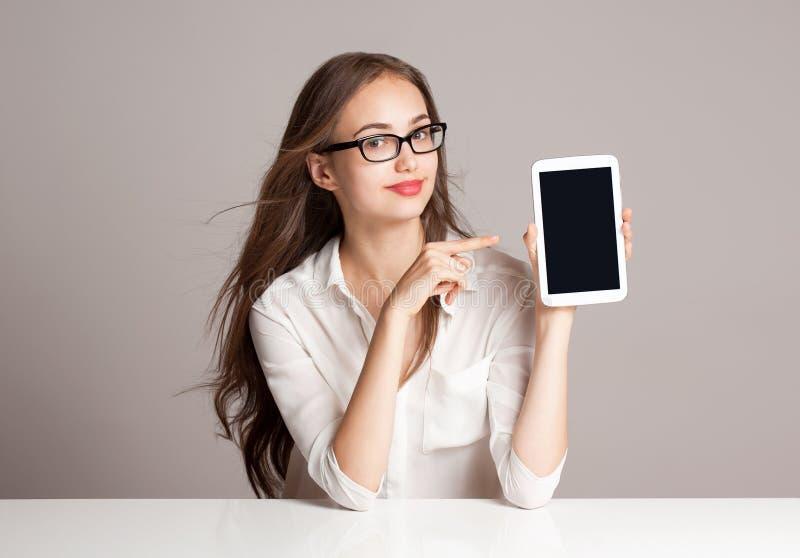 Женщина брюнет используя планшет стоковое изображение rf