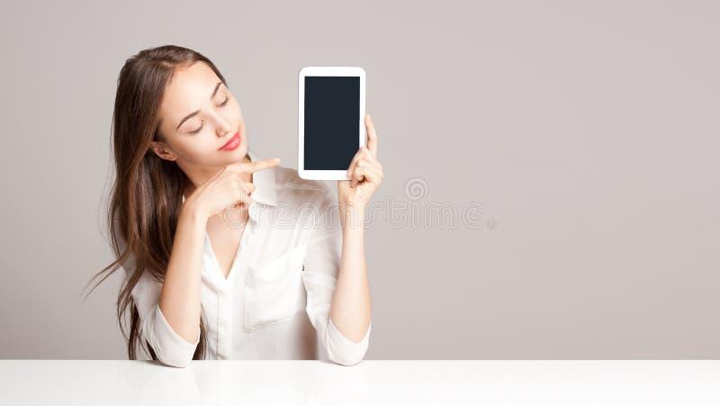 Женщина брюнет используя планшет стоковые изображения rf