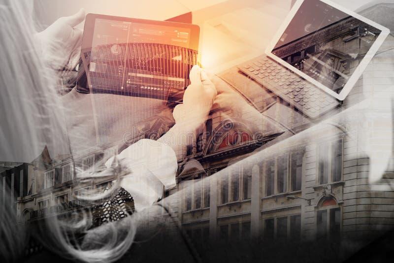 женщина брюнет используя умный телефон и цифровой планшет дальше стоковое фото