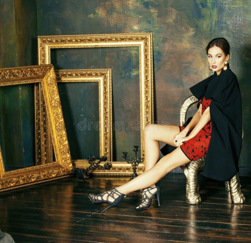 Женщина брюнет красоты богатая в роскошных внутренних близко пустых рамках, стоковые фото