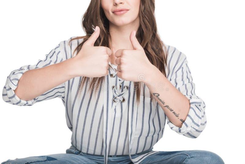 Женщина брюнет показывая большие пальцы руки вверх, изолированный на белизне стоковое изображение rf