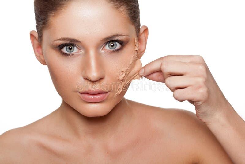 Женщина принимая ее кожу от стороны стоковые фотографии rf