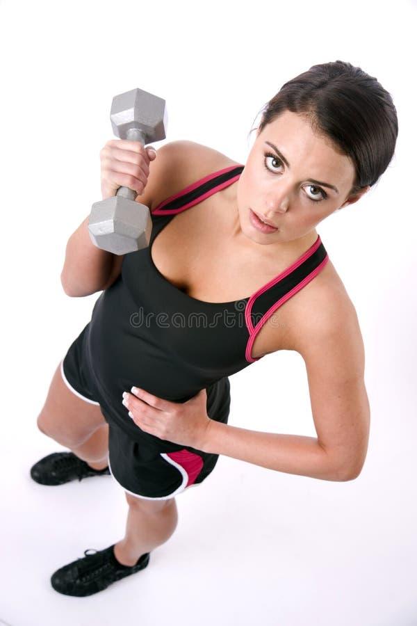 Женщина брюнет ровной кожи красивая разрабатывая штангу веса стоковые фотографии rf