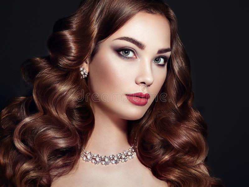 Женщина брюнет с длинными сияющими волнистыми волосами стоковая фотография rf