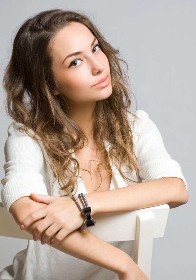 Женщина брюнет Penwsivel молодая. стоковая фотография