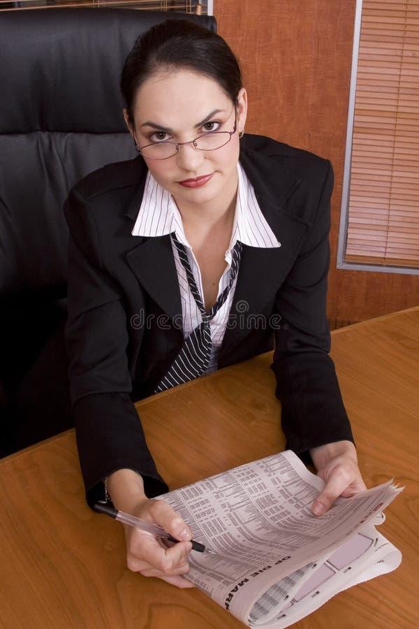 женщина бумаги дела стоковая фотография