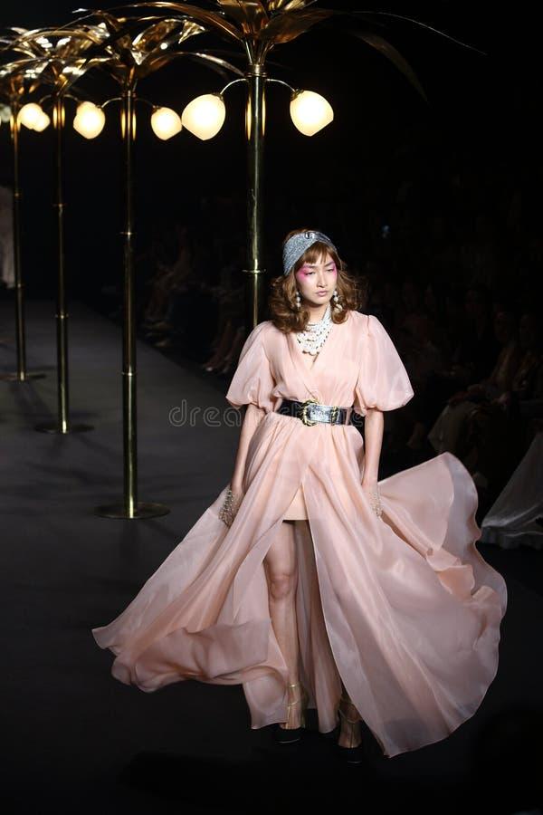 Женщина ` бутика Ла ` модного парада готовая для того чтобы нести и поплавать высоко стиль отрезка стоковые фото