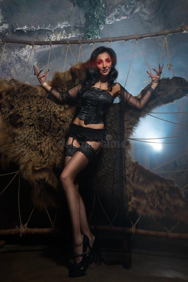 Женщина вампира Портрет дамы хеллоуина вампира красивого очарования сексуальный стоковое изображение rf