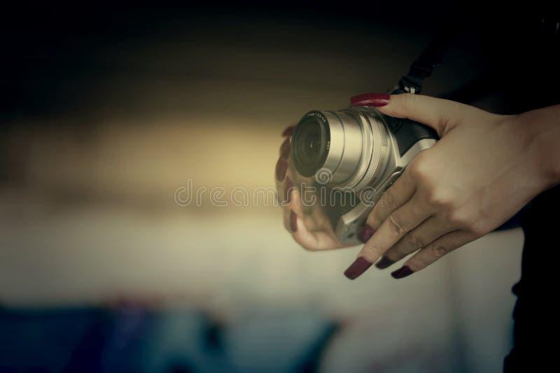 Женщина вампиров с красными ногтями и камера в руке стоковая фотография rf