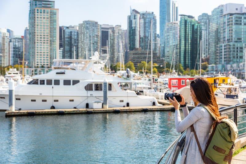 Женщина Ванкувера Канады туристская фотографируя с камерой на гавани угля на летних отпусках в канадском городе стоковое фото rf