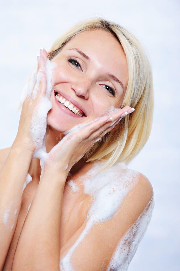 женщина ванной комнаты счастливая ослабляя стоковые фотографии rf