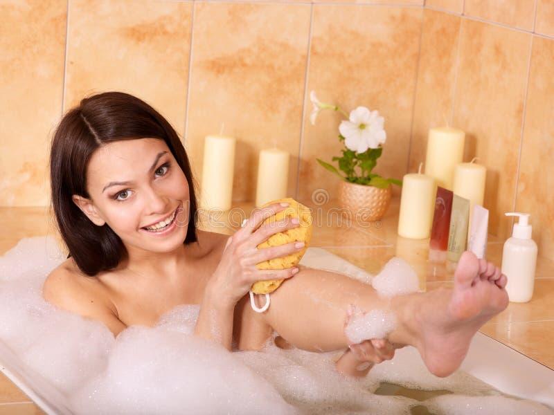 женщина ванны ослабляя стоковое изображение rf