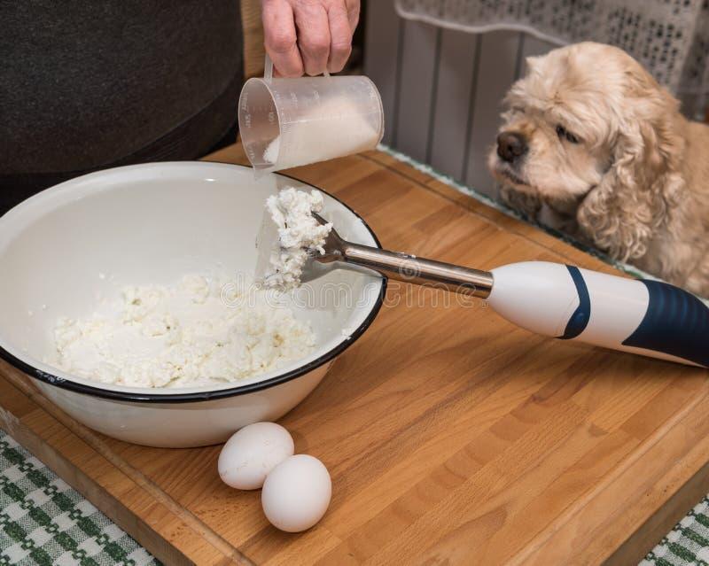 Женщина варя в кухне стоковое фото rf