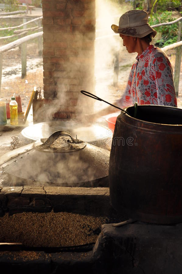 Женщина варя затир риса для того чтобы сделать лапши риса, Вьетнам стоковые фотографии rf