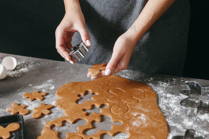Женщина варя кухню печений пряника рождества домой стоковые фотографии rf