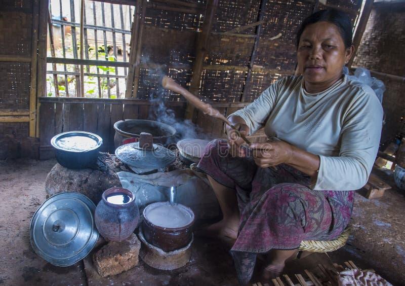 Женщина варя традиционные Crepes бирманца стоковые фотографии rf