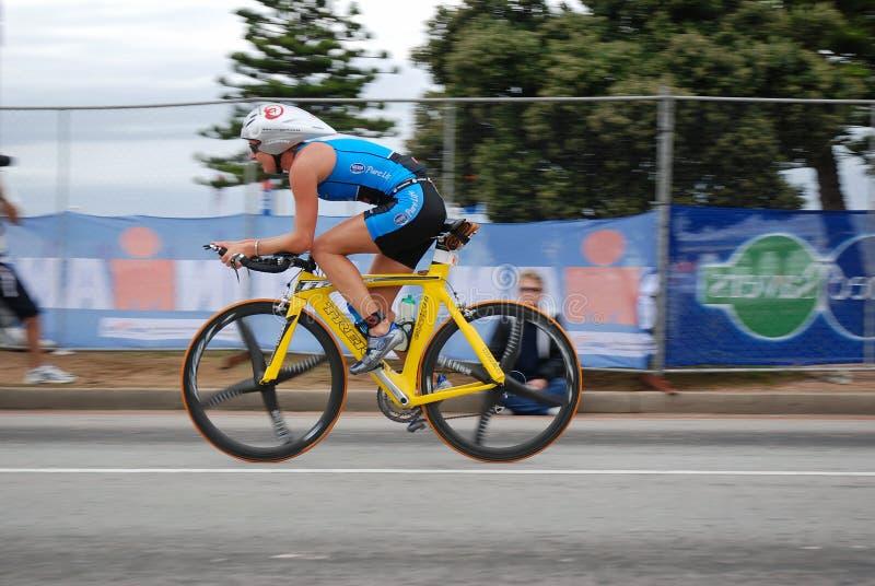 женщина велосипедиста стоковое фото