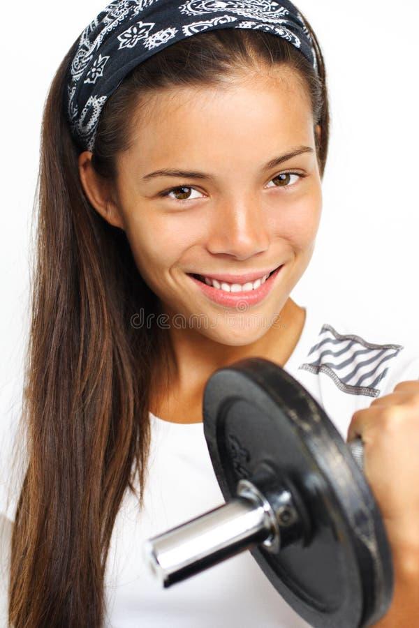 женщина веса тренировки пригодности стоковая фотография rf