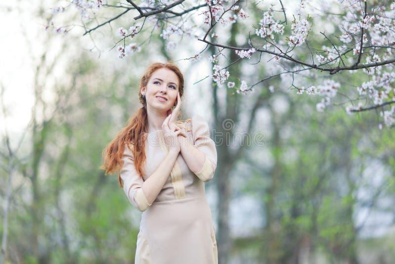 Женщина весной стоковая фотография rf