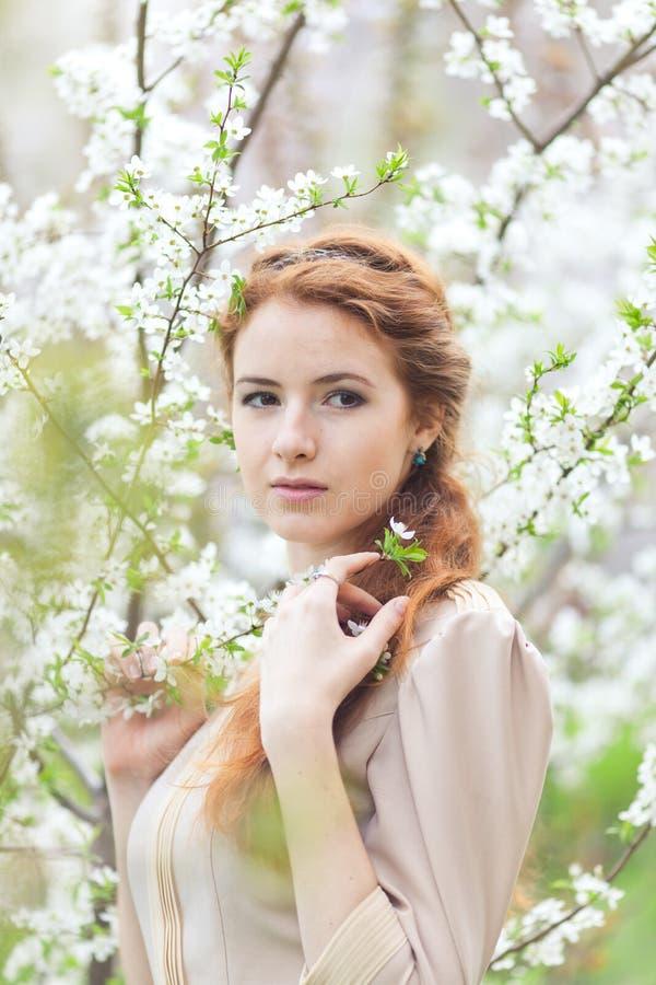 Женщина весной стоковые изображения