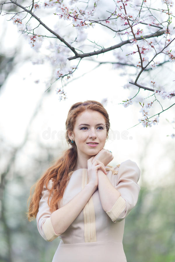 Женщина весной стоковая фотография