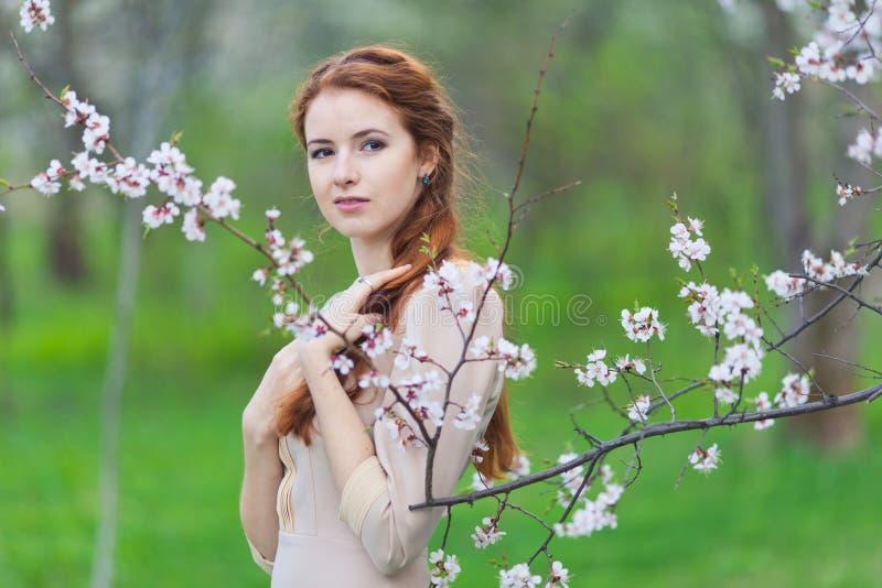 Женщина весной стоковые изображения rf
