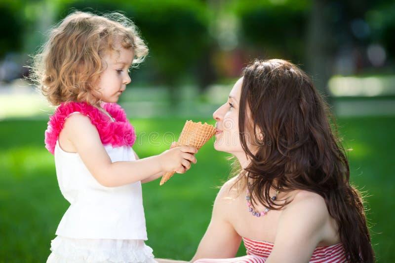 женщина весны парка ребенка стоковое изображение rf
