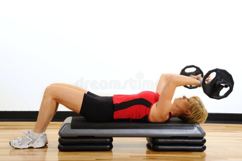 женщина весов здоровья ftiness поднимаясь стоковые фотографии rf