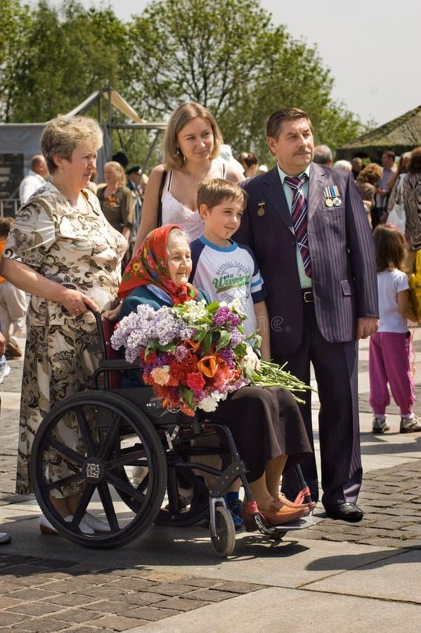 Женщина ветерана с ее семьей во время торжества дня победы стоковая фотография