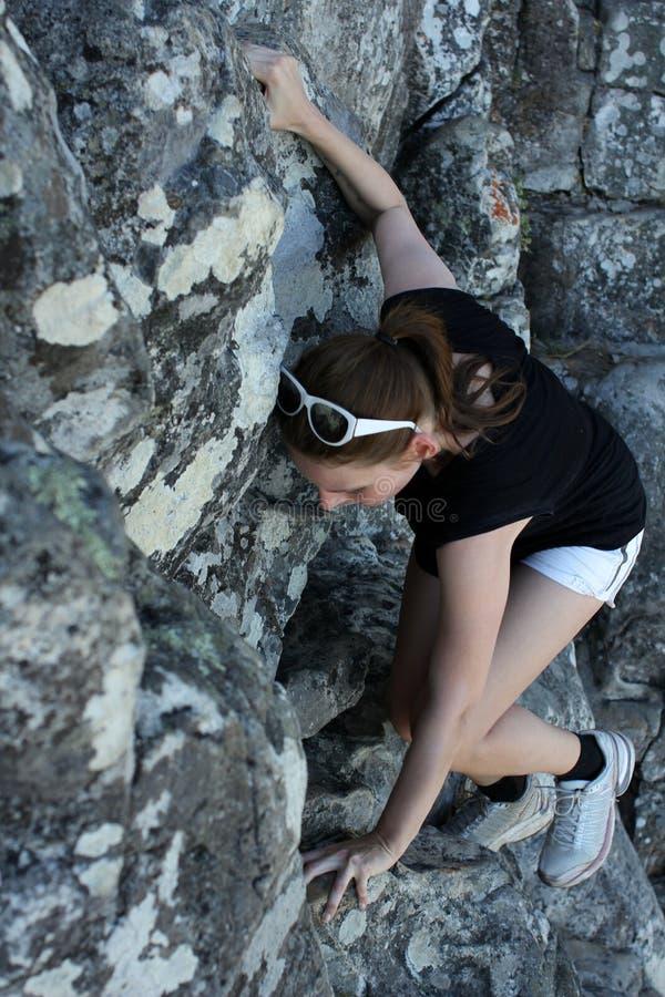 Женщина взбираясь вверх гора стоковое фото