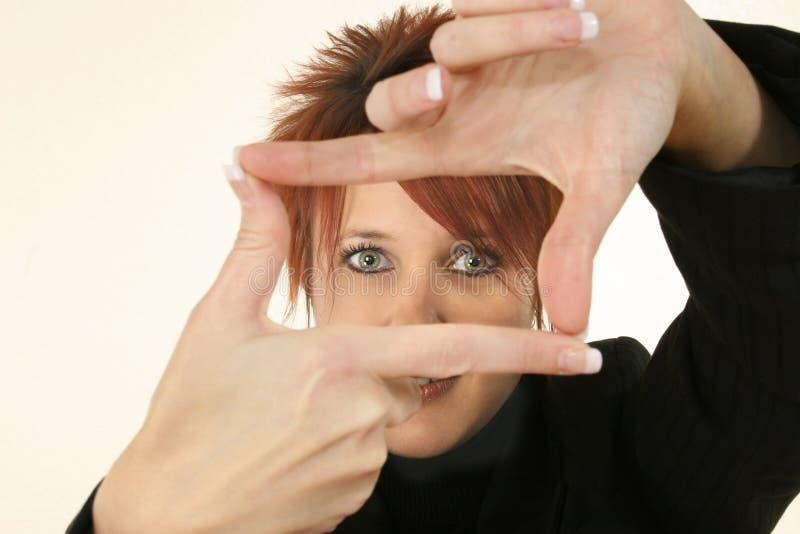 женщина взгляда жеста искателя стоковое фото rf