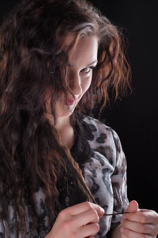 женщина взгляда камеры брюнет курчавая стоковые фотографии rf